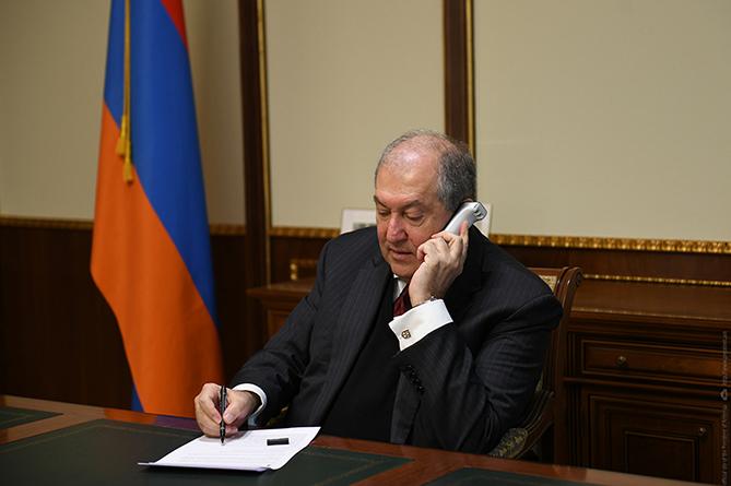 ՀՀ նախագահ Արմեն Սարգսյան ստորագրել է Սահմանադրական փոփոխությունների  աղմկահարույց օրենքների փաթեթները