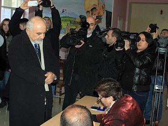Candidate for Armenia's president Hayrikyan voted for his own programs
